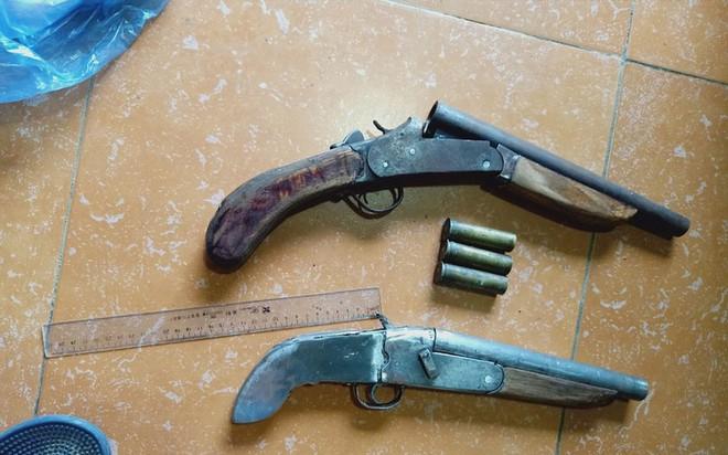 Phát hiện 2 khẩu súng tự chế trong nhà đầu nậu ma túy - Ảnh 2.