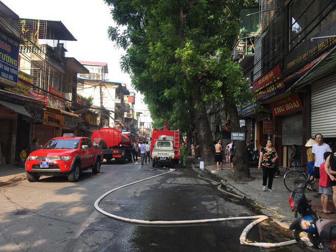 Cháy lớn cửa hàng trên đường La Thành, nhiều người nhảy xuống thoát thân  - Ảnh 4.