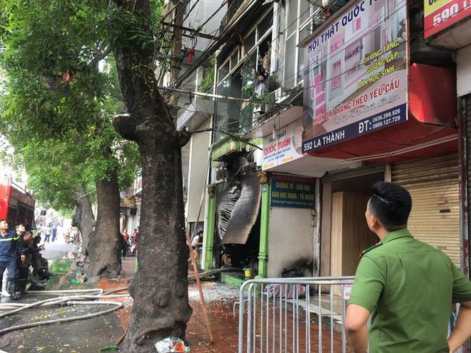 Cháy lớn cửa hàng trên đường La Thành, nhiều người nhảy xuống thoát thân  - Ảnh 5.