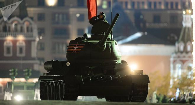 [ẢNH] Xe tăng T-34-85 Nga nhận lại từ Lào biểu diễn sức mạnh trên thao trường - Ảnh 7.