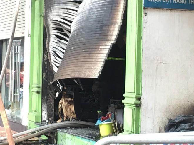 Cháy lớn cửa hàng trên đường La Thành, nhiều người nhảy xuống thoát thân  - Ảnh 7.