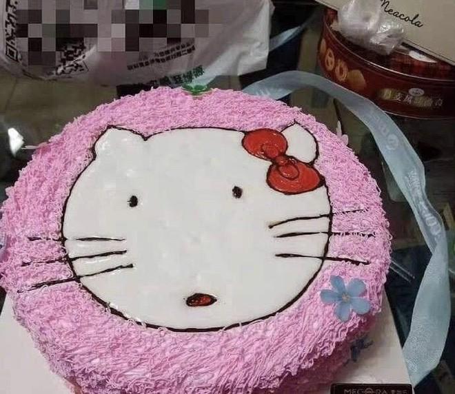 Đặt hình Hello Kitty, cô gái lại nhận về chiếc bánh mặt mèo bị tẩy trang, xấu tới mức không muốn thổi nến - Ảnh 3.