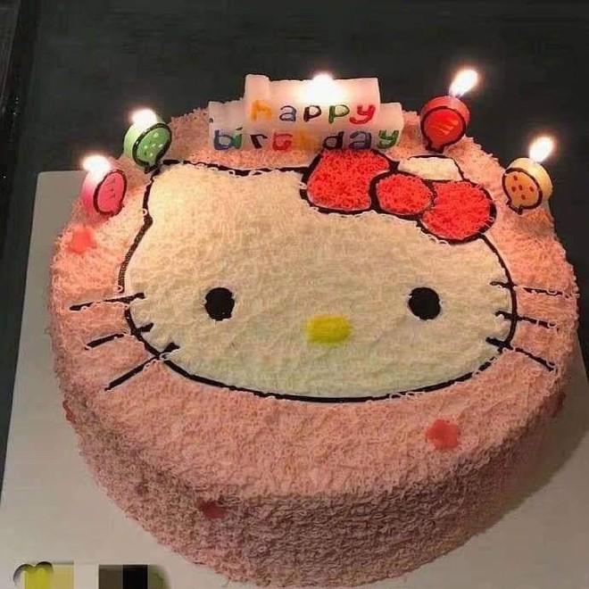 Đặt hình Hello Kitty, cô gái lại nhận về chiếc bánh mặt mèo bị tẩy trang, xấu tới mức không muốn thổi nến - Ảnh 2.