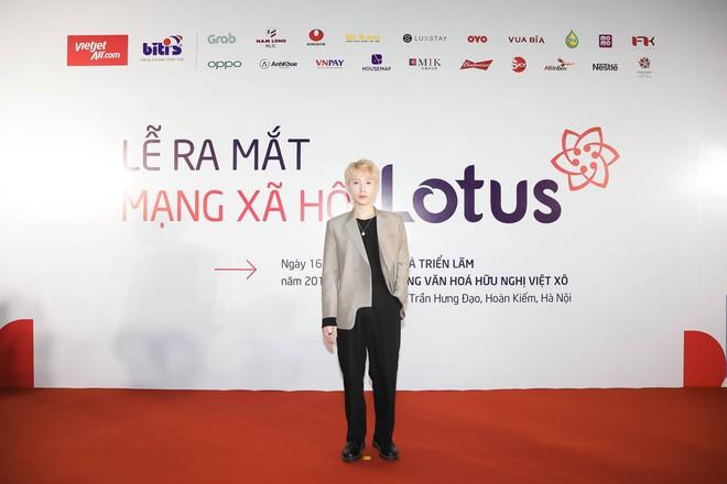 Á hậu Tú Anh diện đầm đỏ sexy xuất hiện trên thảm đỏ ra mắt MXH Lotus - Ảnh 2.