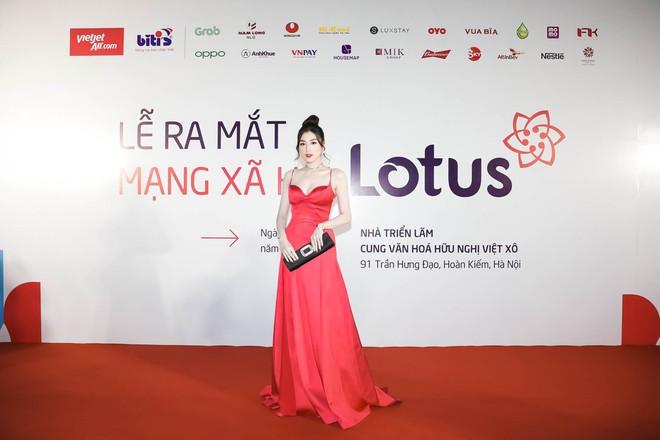 Á hậu Tú Anh diện đầm đỏ sexy xuất hiện trên thảm đỏ ra mắt MXH Lotus - Ảnh 4.