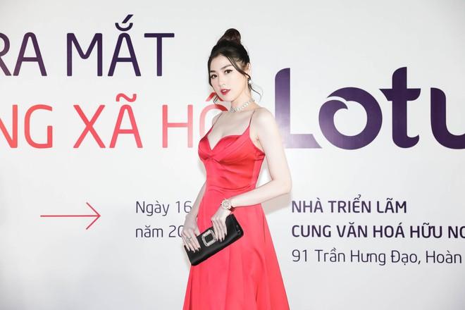 Á hậu Tú Anh diện đầm đỏ sexy xuất hiện trên thảm đỏ ra mắt MXH Lotus - Ảnh 5.