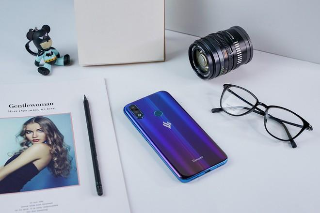 Vingroup công bố giá bán chính thức cho chiếc điện thoại thứ 4 thế hệ 2 - Ảnh 1.