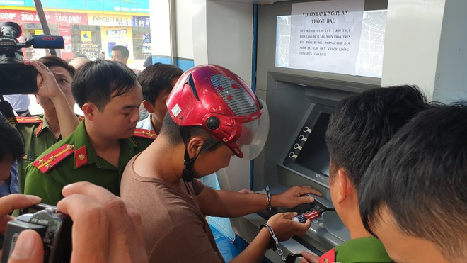3 người Trung Quốc gắn thiết bị camera ở hàng loạt cây ATM để lấy cắp tiền - Ảnh 2.