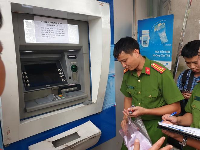 3 người Trung Quốc gắn thiết bị camera ở hàng loạt cây ATM để lấy cắp tiền - Ảnh 3.