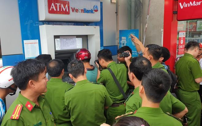 Vụ 3 người Trung Quốc cài thiết bị lạ ở máy ATM: Chiêu thức tinh vi, thiết bị hiện đại