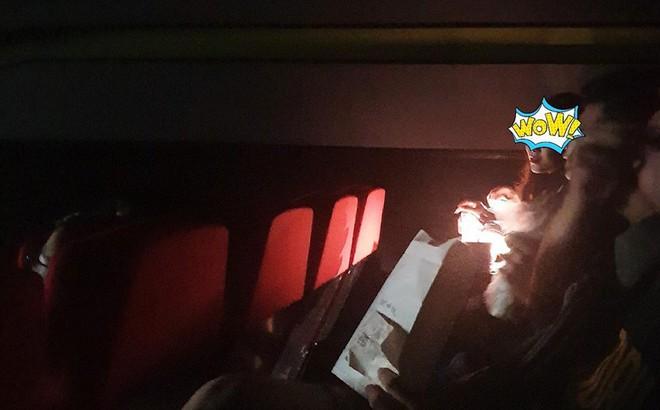 """2 cô gái bật đèn dặm phấn giữa rạp phim và loạt hành động khiến người ngồi bên """"không chịu nổi"""""""