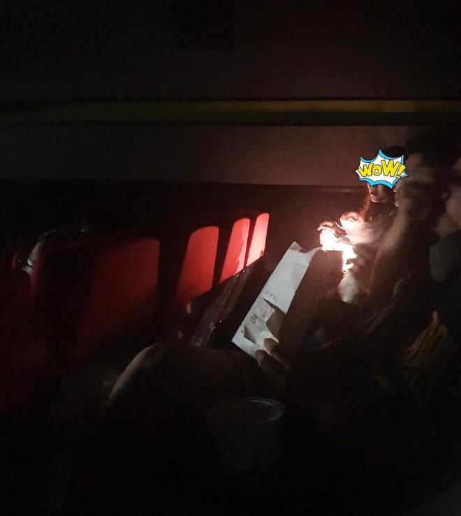 Vào rạp phim muộn, 2 cô gái bật đèn để trang điểm và loạt hành động khiến người ngồi bên không chịu nổi - ảnh 1
