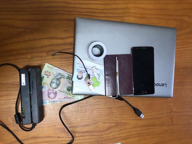 Bắt 3 người Trung Quốc trong vụ cài thiết bị điện tử lạ vào máy ATM để trộm tiền - Ảnh 3.