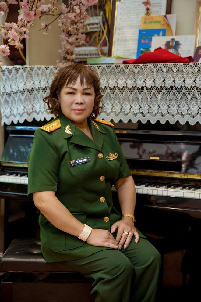NSND Quang Thọ, Đỗ Hồng Quân tới chúc mừng ca sĩ Rơ Chăm Phiang đạt danh hiệu NSND - Ảnh 1.