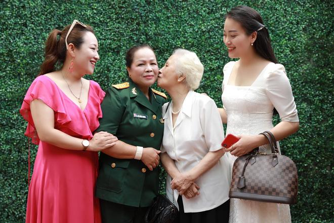 NSND Quang Thọ, Đỗ Hồng Quân tới chúc mừng ca sĩ Rơ Chăm Phiang đạt danh hiệu NSND - Ảnh 2.