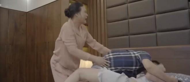 Hoa hồng trên ngực trái: Thái rước Trà về nhà làm chính thất nhưng lại đánh đập túi bụi khiến mẹ đẻ phải nhảy vào can - Ảnh 4.