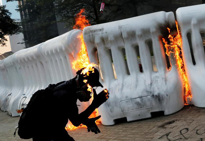 24h qua ảnh: Người biểu tình Hong Kong bị bắt lửa từ bom xăng - Ảnh 3.