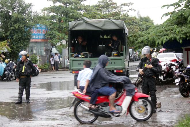 [ẢNH] Hàng chục xe chuyên dụng, hơn 100 cảnh sát bao vây trụ sở Công ty Địa ốc Alibaba - Ảnh 10.