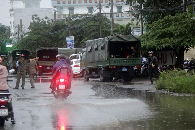 [ẢNH] Hàng chục xe chuyên dụng, hơn 100 cảnh sát bao vây trụ sở Công ty Địa ốc Alibaba - Ảnh 8.