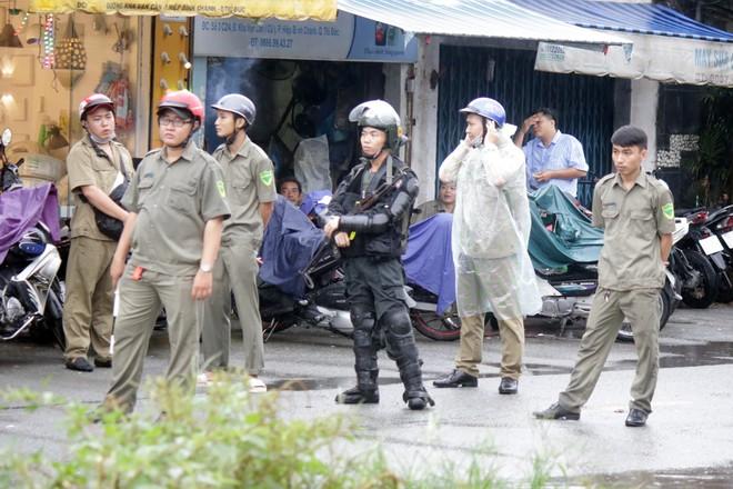 [ẢNH] Hàng chục xe chuyên dụng, hơn 100 cảnh sát bao vây trụ sở Công ty Địa ốc Alibaba - Ảnh 6.
