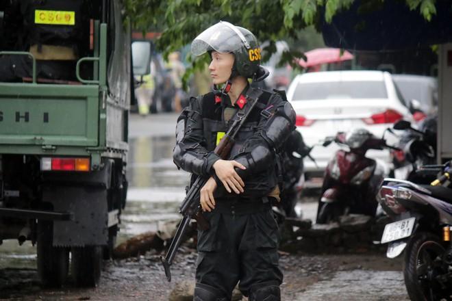 [ẢNH] Hàng chục xe chuyên dụng, hơn 100 cảnh sát bao vây trụ sở Công ty Địa ốc Alibaba - Ảnh 3.