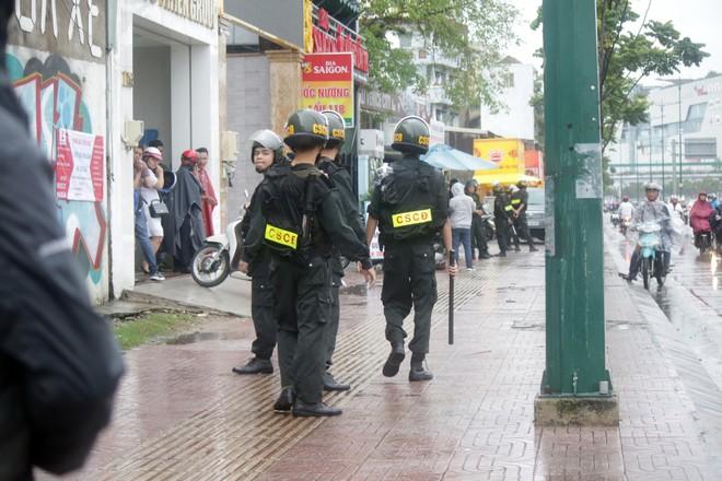 [ẢNH] Hàng chục xe chuyên dụng, hơn 100 cảnh sát bao vây trụ sở Công ty Địa ốc Alibaba - Ảnh 7.