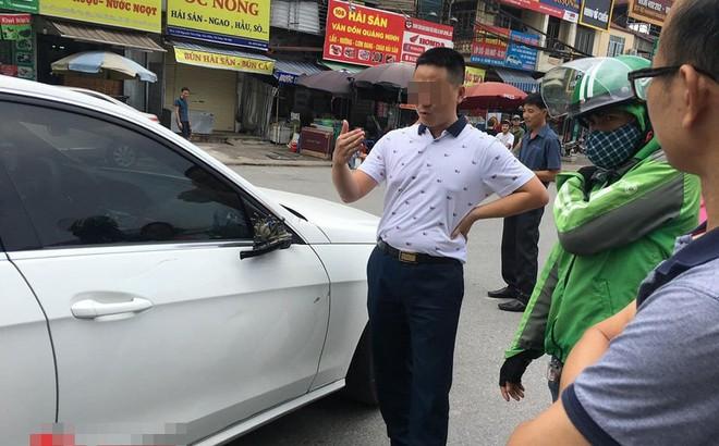 """Xe ôm đâm toác gương Mercedes: Hai bên cười lớn nhưng tài xế Grab """"méo mặt"""" vào phút chót"""