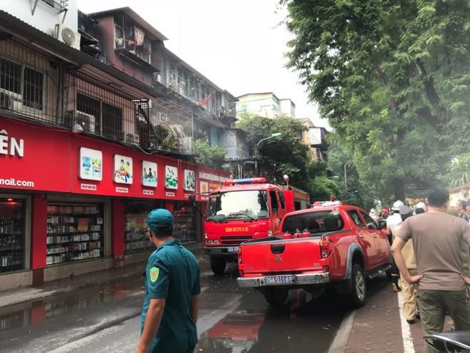Hà Nội: Cháy lớn khu tập thể chuồng cọp cũ ở Kim Liên - Ảnh 1.