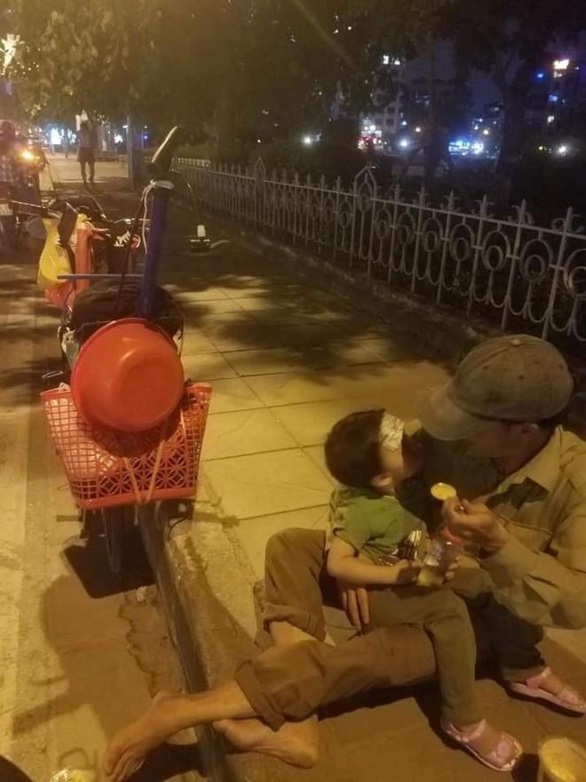 Người đàn ông đút cháo cho con nhỏ trên vỉa hè phố Hà Nội và câu chuyện không ngờ phía sau - ảnh 1