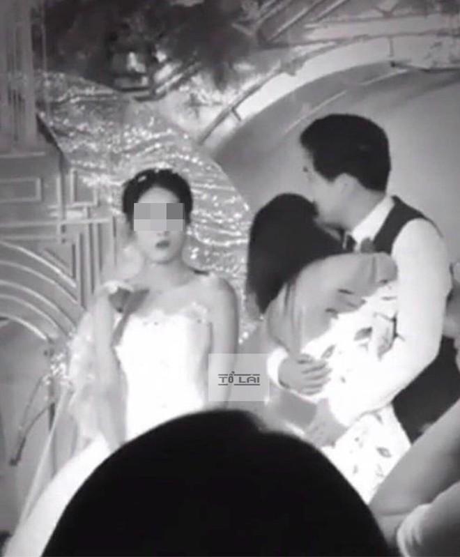 Xuất hiện tại đám cưới người yêu cũ, cô gái lên sân khấu ôm hôn chú rể bỏ mặc cô dâu bên cạnh - ảnh 2