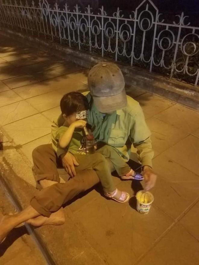 Người đàn ông đút cháo cho con nhỏ trên vỉa hè phố Hà Nội và câu chuyện không ngờ phía sau - ảnh 2