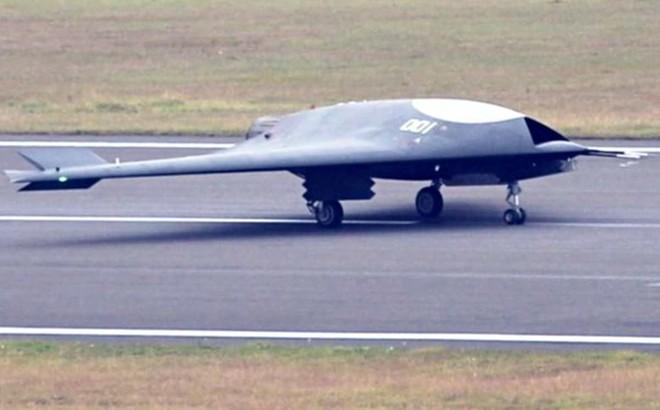 """UAV Lợi Kiếm xuất hiện rầm rộ: TQ """"vạch áo cho người xem lưng"""" yếu điểm của tàu sân bay?"""