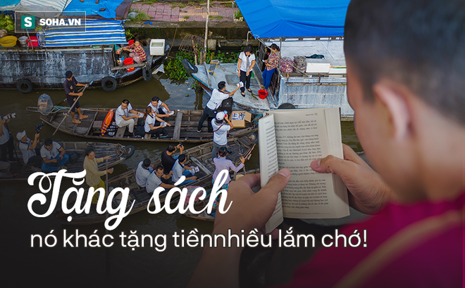 Bất ngờ tại chợ nổi Ngã Năm: 'Sách ông Vũ tặng hay lắm! Tiện thể tui xin thêm mấy chục cuốn được hông?'