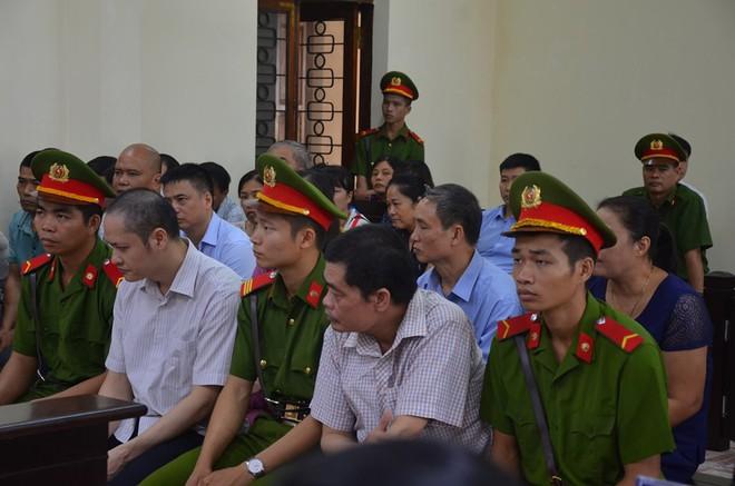 Hà Giang xét xử gian lận điểm thi THPT 2018: Vắng 122 người, LS đề nghị xem xét tính hợp pháp của thư triệu tập - Ảnh 4.