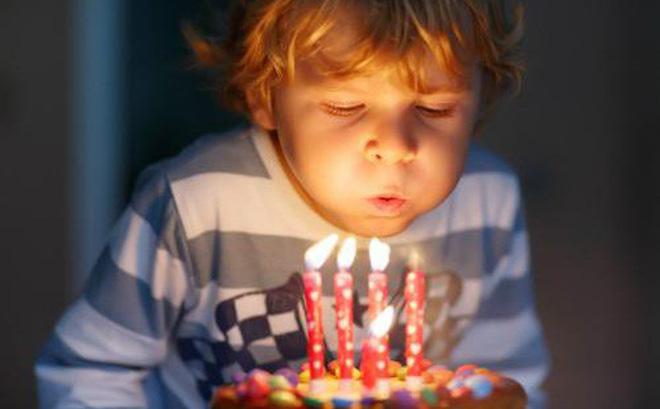 Các nhà khoa học giải thích tại sao thổi nến sinh nhật là một ý tưởng tồi