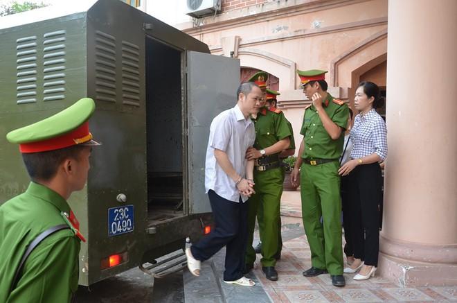 Hà Giang xét xử gian lận điểm thi THPT 2018: Vắng 122 người, LS đề nghị xem xét tính hợp pháp của thư triệu tập - Ảnh 6.