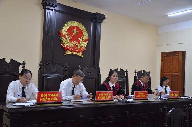 Hà Giang xét xử gian lận điểm thi THPT 2018: Vắng 122 người, LS đề nghị xem xét tính hợp pháp của thư triệu tập - Ảnh 1.