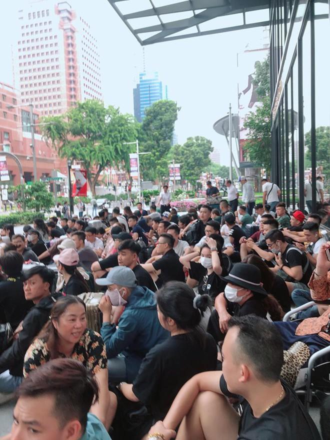 Dân Việt đổ về Apple Store, mang theo vali xếp hàng trước giờ mở bán iPhone 11 - Ảnh 1.