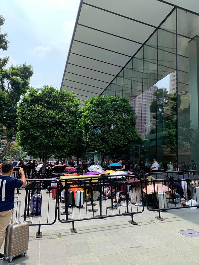 Dân Việt đổ về Apple Store, mang theo vali xếp hàng trước giờ mở bán iPhone 11 - Ảnh 4.