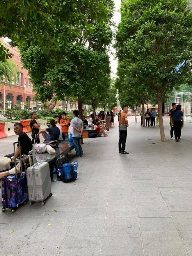 Dân Việt đổ về Apple Store, mang theo vali xếp hàng trước giờ mở bán iPhone 11 - Ảnh 2.