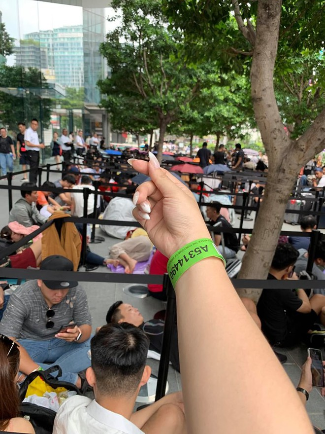 Dân Việt đổ về Apple Store, mang theo vali xếp hàng trước giờ mở bán iPhone 11 - Ảnh 7.