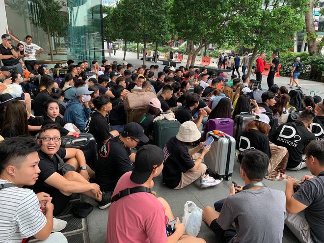 Dân Việt đổ về Apple Store, mang theo vali xếp hàng trước giờ mở bán iPhone 11 - Ảnh 3.
