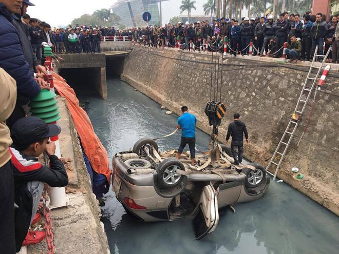 Hiện trường vụ tai nạn ô tô kỳ lạ, dân mạng hoang mang hỏi: Đi kiểu gì mà thành thế này? - Ảnh 3.