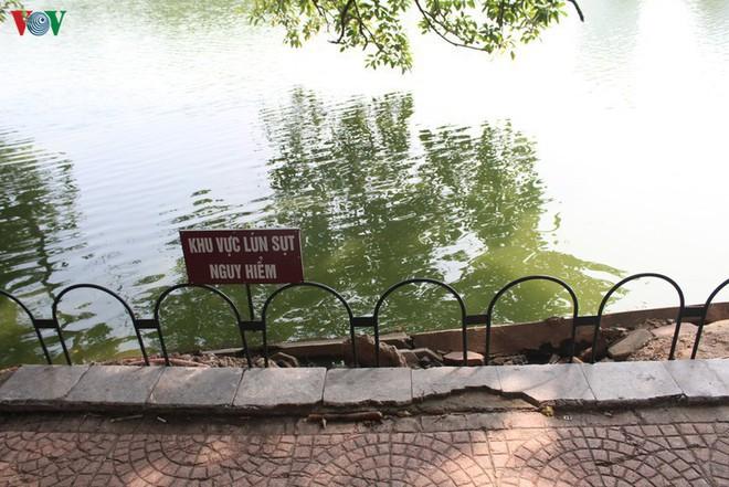 Ảnh: Đường dạo quanh hồ Hoàn Kiếm sụt lún mất an toàn - Ảnh 2.