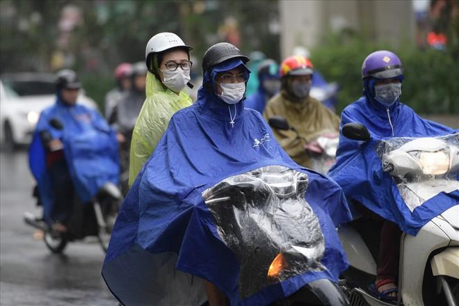 Gần trưa, nhiều tuyến đường ở Hà Nội vẫn kẹt cứng sau mưa lớn - Ảnh 1.