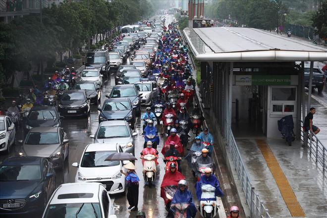 Gần trưa, nhiều tuyến đường ở Hà Nội vẫn kẹt cứng sau mưa lớn - Ảnh 2.