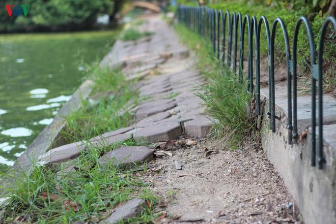 Ảnh: Đường dạo quanh hồ Hoàn Kiếm sụt lún mất an toàn - Ảnh 11.