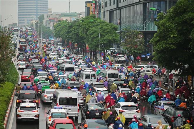 Gần trưa, nhiều tuyến đường ở Hà Nội vẫn kẹt cứng sau mưa lớn - Ảnh 11.