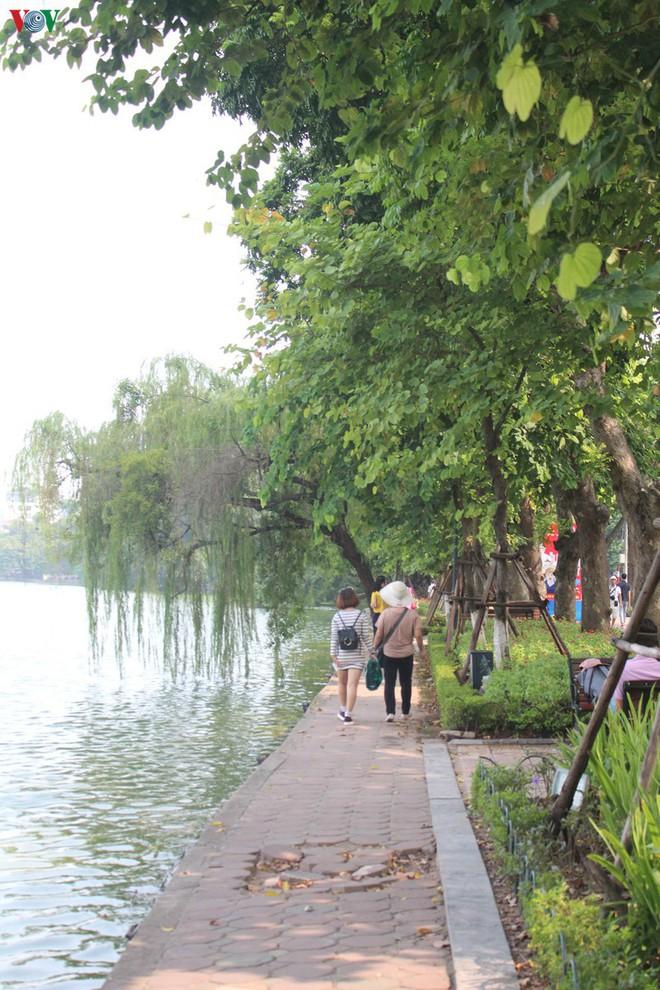 Ảnh: Đường dạo quanh hồ Hoàn Kiếm sụt lún mất an toàn - Ảnh 12.