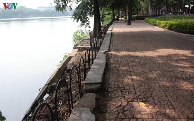Ảnh: Đường dạo quanh hồ Hoàn Kiếm sụt lún mất an toàn - Ảnh 14.